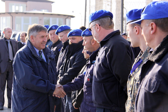Bildt visits Kosovo